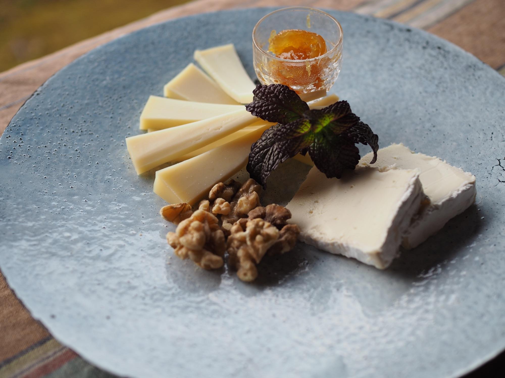 琺瑯のお皿にチーズ