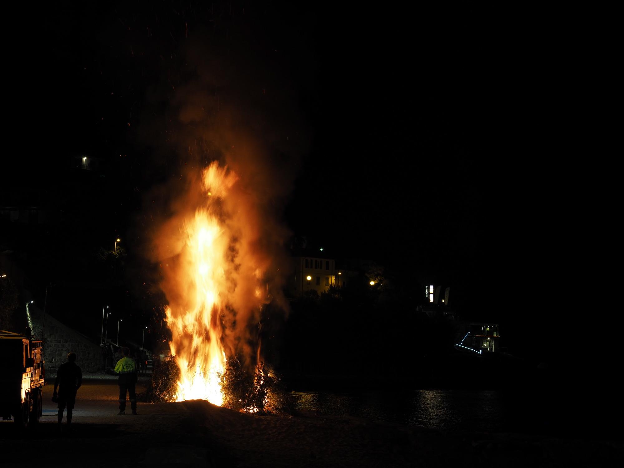 海岸の焚き火